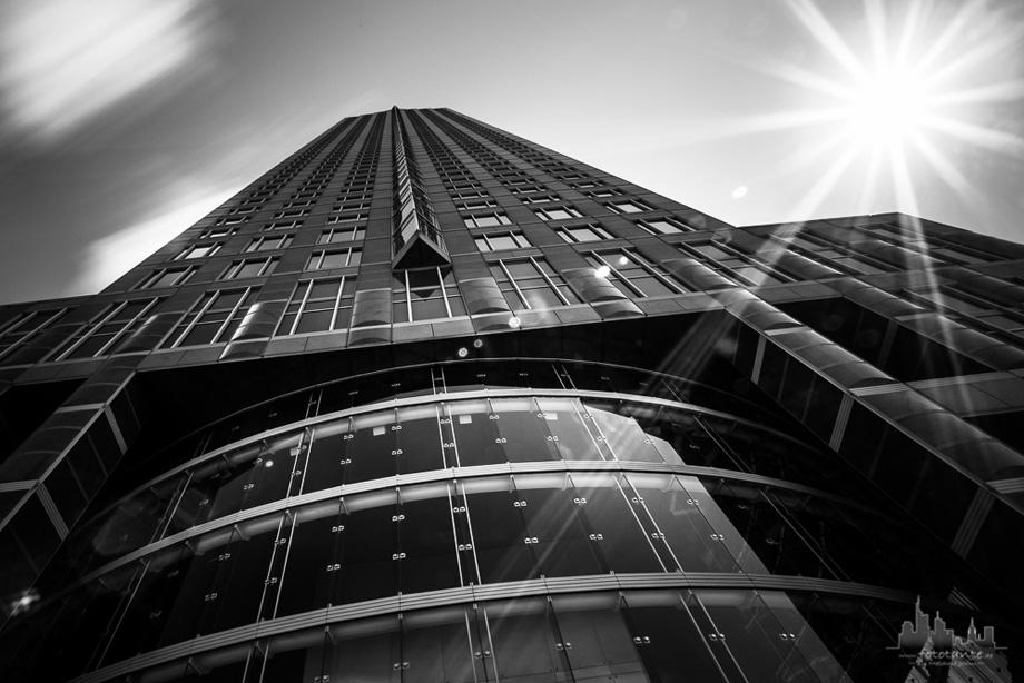 Frankfurt-Architektur-Messeturm-monochrom
