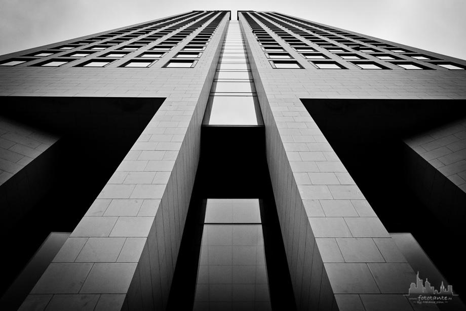 Frankfurt-Operturm-Fassade-monochrom