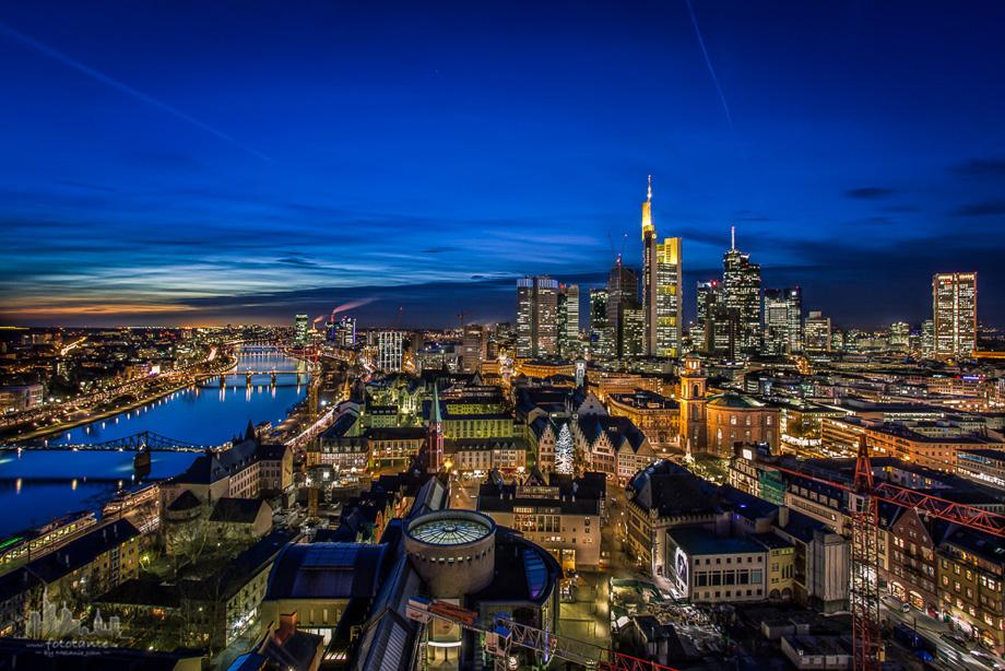 Frankfurt-Skyline-Dom-Weihnachtsbaum
