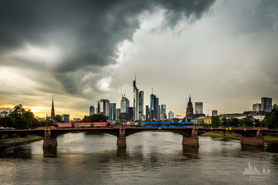 Frankfurt-Skyline-Regenwolken-Strassenbahnen